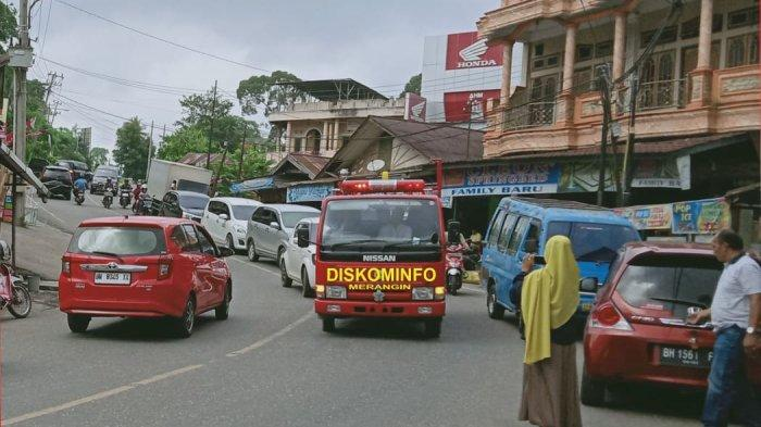 Gunakan Mobil Damkar, Diskominfo Keliling Kota Bangko Sosialisasi Pencegahan Corona