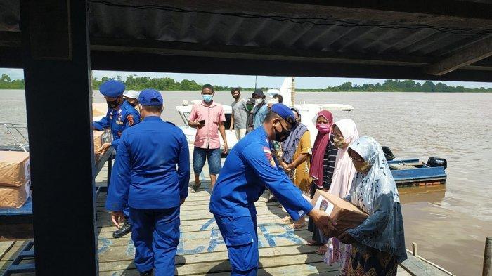Ditpolairud Polda Jambi Beri Bantuan Sembako ke Warga Desa Jebus Muarojambi, Korban Puting Beliung