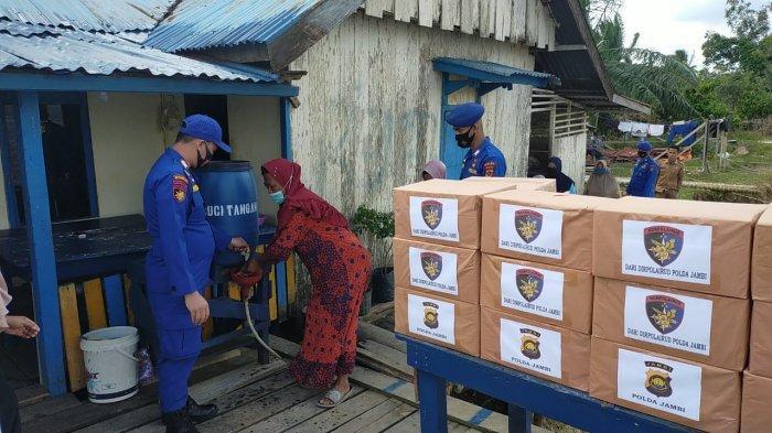 Direktorat Polisi Air dan Udara (Ditpolairud) Polda Jambi, serahkan bantuan sembako pada 50 kepala keluarga (KK) di Desa Jebus, Suak Kandis, Muaro Jambi korban bencana alam puting beliung, Rabu (9/12/2020) dini hari.