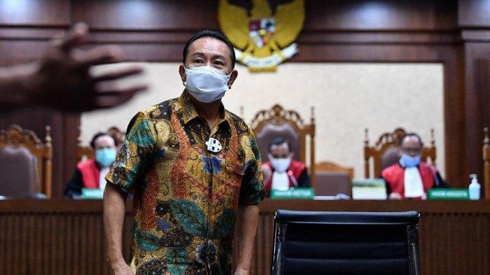 Saksi selaku terpidana kasus cessie Bank Bali Djoko Tjandra meninggalkan ruangan saat sidang kasus dugaan suap dan gratifikasi pengurusan fatwa Mahkamah Agung (MA) Djoko Tjandra dengan terdakwa Pinangki Sirna Malasari di Pengadilan Tipikor, Jakarta, Senin (9/11/2020). Dalam sidang tersebut Jaksa Penuntut Umum menghadirkan 2 orang saksi yakni terpidana kasus cessie Bank Bali Djoko Tjandra dan pengusaha Rahmat.