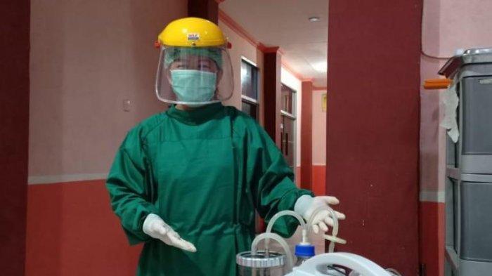 dokter Nani berfoto dengan alat yaitu suction yang merupakan bagian dari peralatan untuk pengobatan pasien positif covid 19.