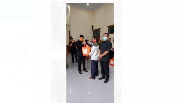 Peduli Korban Covid-19, DPRD Provinsi Jambi Bagikan Sembako untuk Security s/d Tenaga Honorer