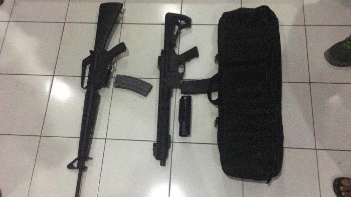 Dua senapan serbu yang dijual