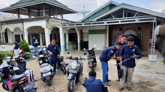 Dukung Pemerintah Cegah Corona, Karang Taruna Tanjungsari Semprotkan Disinfektan di Pondok Pesantren