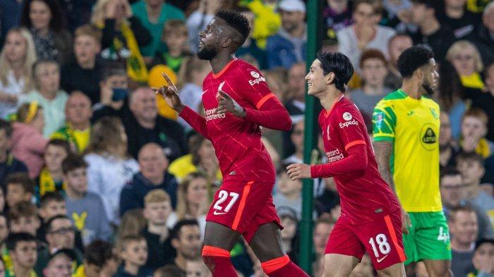 Duo penyerang Liverpool, Divock Origi dan Takumi Minamino kala berselebrasi usai mencetak gol ke gawang Norwich City