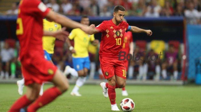 Gelandang serang Belgia, Eden Hazard, mencoba melewati hadangan pemain Brasil dalam duel babak perempat final Piala Dunia 2018, 6 Juli 2018, di Kazan Arena.