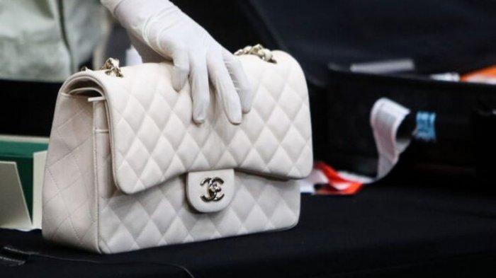 Tas mewah merek Chanel ditunjukkan sebagai barang bukti kepada kepada wartawan saat penyampaian keterangan terkait kasus kasus dugaan suap perizinan budidaya lobster tahun 2020 di Gedung Komisi Pemberantasan Korupsi (KPK), Jakarta, Kamis (26/11/2020) dini hari.