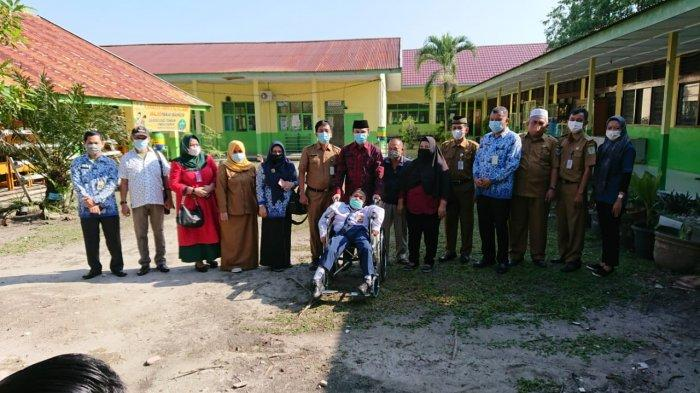 Peduli Disabilitas, Ketua DPRD Jambi Edi Purwanto Serahkan Bantuan Kursi Roda