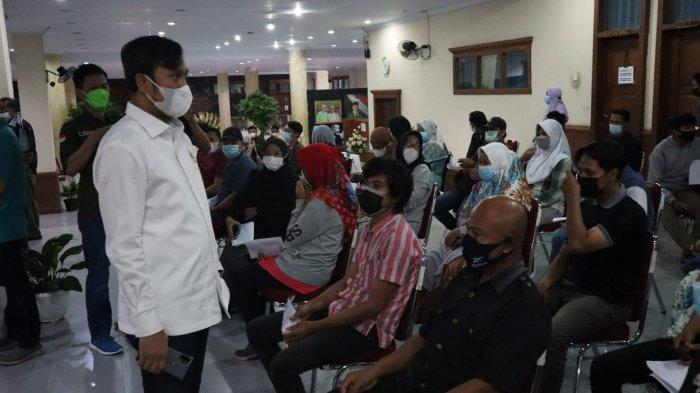 Ketua DPRD Provinsi Jambi Edi Purwanto melihat vaksinasi massal Covid-19 di DPRD Provinsi Jambi.