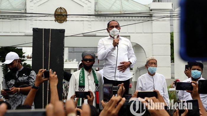 Gubernur Sumatera Utara Edy Rahmayadi (tengah) menemui pengunjuk rasa di Kantor Pemprov Sumut, Medan, Selasa (13/10/2020). Aliansi Nasional Anti Komunis (ANAK) NKRI Sumut melakukan aksi unjuk rasa untuk menyuarakan penolakan UU Cipta Kerja (Omnibus Law).
