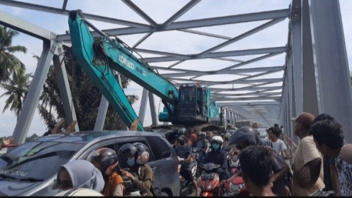 Macet Total di Jalan Sengeti-Jambi, Ekskavator Tersangkut di Jembatan Aurduri 1 Jadi Penyebab