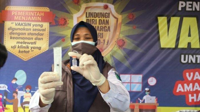 Emi Vaksinator Puskesmas Muara Bulian yang bertugas melakukan penyuntikan kepada sasaran, Kamis (28/1/2021)