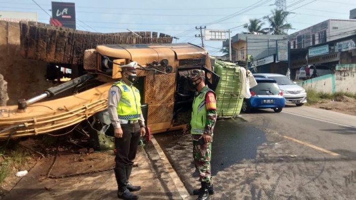 Diduga Tak Kuat Nanjak Truk Membawa Eskavator Terbalik, Jalan Mendalo Muara Bulian Macat Panjang