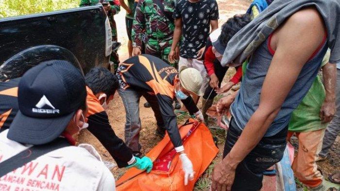 Proses evakuasi jenazah penambang yang ditemukan tewas oleh BPBD Solok Selatan, Sumatera Barat.
