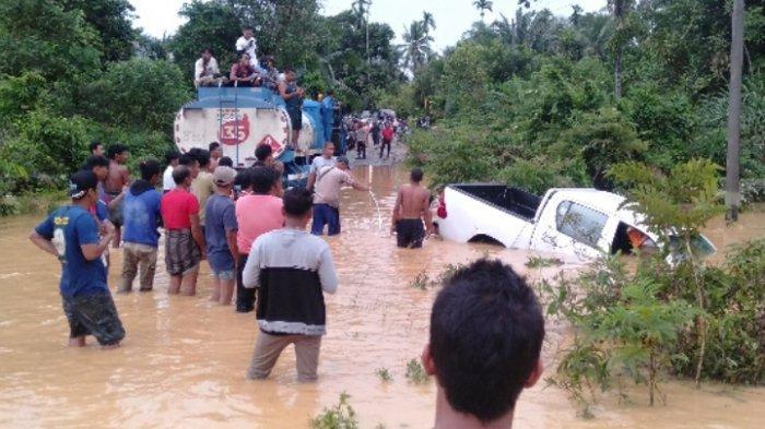 Evakuasi Mobil Hilux yang Hanyut di Limun Sarolangun Berjalan Lambat