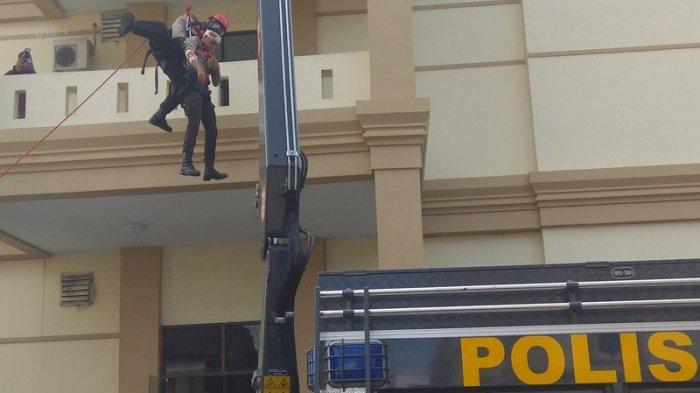 Dua Korban Dievakuasi Dari Lantai Tiga Polda Jambi, Petugas Gunakan Peralatan Khusus