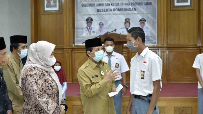 Gubernur Jambi serahkan bantuan bendidikan dari Baznas Provinsi Jambi serta dari Bank Jambi melalui Corporate Social Responsibility kepada Pondok Pesantren, yang diselenggarakan di Aula Nang Inang Kantor Bupati Muaro Jambi, Selasa (26/01/2021).