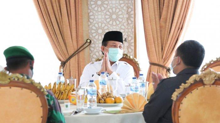 Fachrori Umar saat menyalurkan bantuan dana pendidikan dari Baznas Provinsi Jambi dan CSR Bank Jambi untuk pondok pesantren di Tebo, yang dilaksanakan di Aula Rumah Dinas Bupati Tebo, Rabu (20/1/2021) siang.