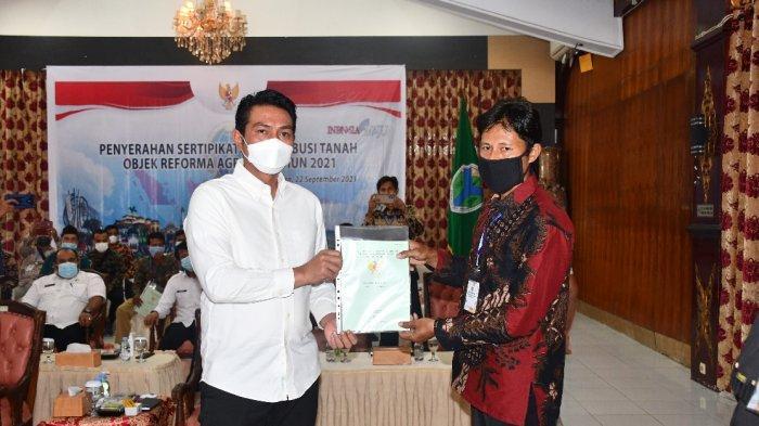 Fadhil Arief Serahkan Sertifikat Redistribusi Tanah Kepada Ratusan Warga Batanghari