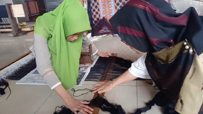 Rumah Tenun Latih Tuna Rungu di Kota Jambi Membuat Songket
