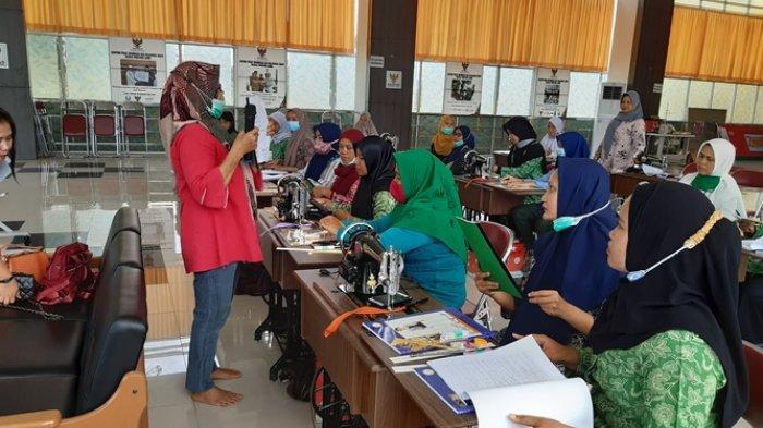 Ciptakan Wirausaha Baru Untuk Ibu-ibu Muda, PW Fatayat NU Provinsi Jambi Gelar Pelatihan Menjahit
