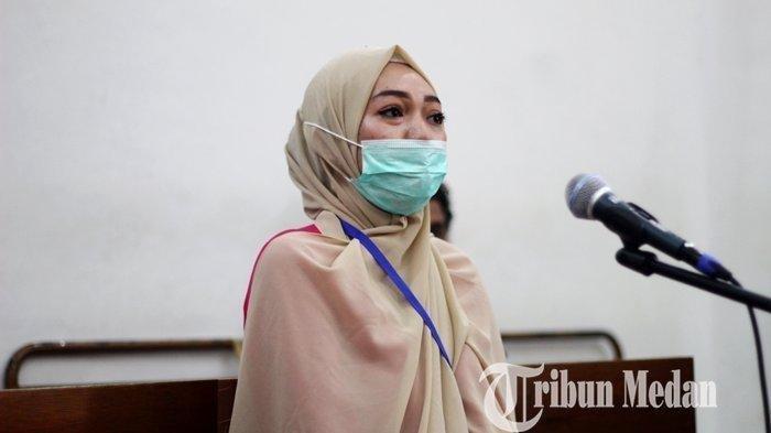 Febi Nur Amelia menjalani pemeriksaan sebagai terdakwa dalam sidang lanjutan di Pengadilan Negeri, Medan, Selasa (9/6/2020). Febi didakwa jaksa dalam kasus ITE saat menagih hutang istri polisi berpangkat Kombes di media sosial.