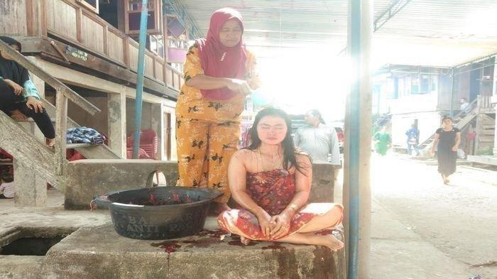 Wanita di Muratara Ini Mau Muntah Saat Mandi Darah Kerbau, Bayar Nazar Karena Jadi Sarjana