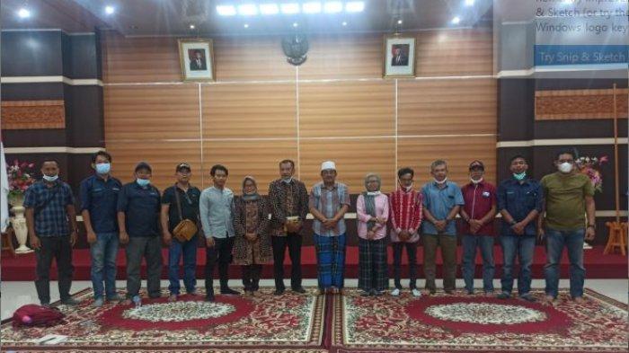 Foto bersama antara Bupati Tanjabbar, Setara Jambi, Dinas Perkebunan, dan Petani RSPO APBML & FPSMRM