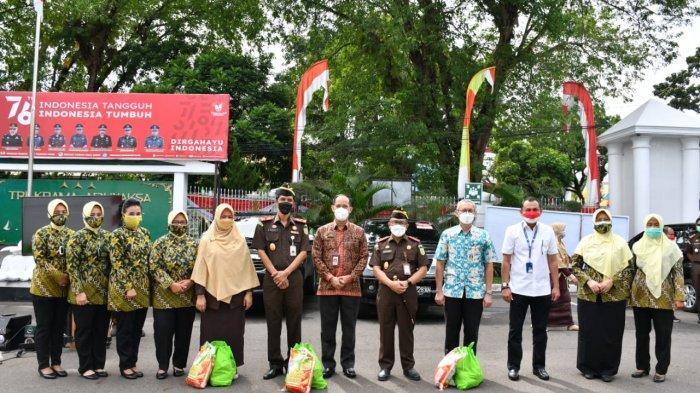 Foto bersama saat pelepasan distribusi sembako dari PTPN VI kepada masyarakat terdampak covid-19, Kamis (19/8/2021).