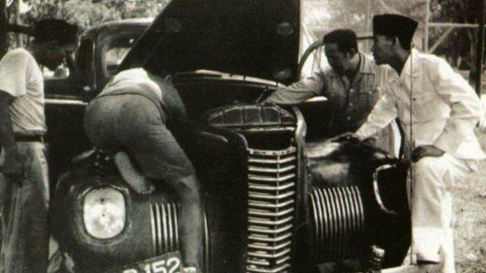 Foto Bung Karno ketika mengamati mobil yang ditumpanginya mogok. Foto ini beredar di dunia maya.(Istimewa)