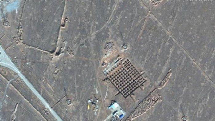 Foto satelit pada 11 Desember 2020 ini oleh Maxar Technologies menunjukkan pembangunan fasilitas nuklir Fordo Iran. Iran telah memulai pembangunan di sebuah situs di fasilitas nuklir bawah tanahnya di Fordo di tengah ketegangan dengan AS atas program atomnya, foto satelit diperoleh Jumat, 18 Desember 2020.