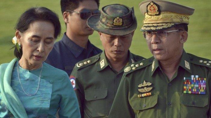 Foto tertanggal 6 Mei 2016 menampilkan pemimpin de facto Myanmar Aung San Suu Kyi (kiri) bersama Menteri Luar Negeri Myanmar (tengah), dan Jenderal Min Aung Hlaing (kanan), di Naypyidaw, ibu kota Myanmar.