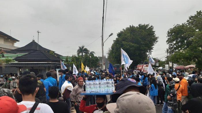 Demo Tolak UU Cipta Kerja di Jambi - Aksi massa tolak UU Cipta Kerja di Jambi berkumpul di Tugu Juang.