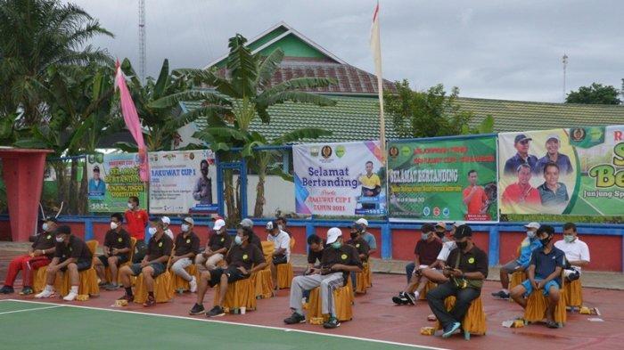 Gubernur Jambi, Dr Drs H Fachrori Umar, MHum, membuka Turnamen Tenis Rakuwat Cup 1 di Lapangan Tenis BPSDM, Jumat (8/1/2021)