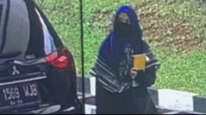 Gadis terduga teroris di Mabes Polri pada Rabu, 31 Maret 2021.