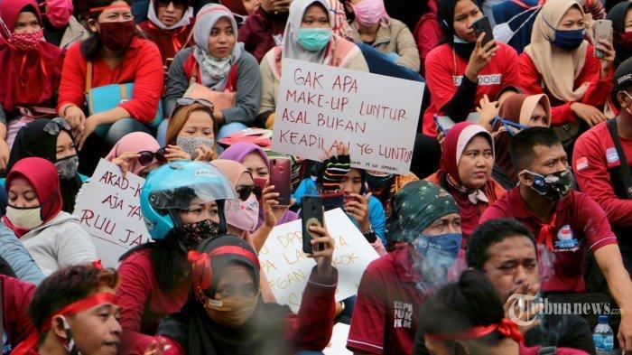 Gubernur Jawa Tengah, Ganjar Pranowo menemui ribuan pendemo yang memadati Jalan Pahlawan depan kantor Gubernur dan DPRD Provinsi Jateng, Senin (12/10/2020).Dalam orasinya Ganjar menegaskan bahwa sudah menelpon para menteri terkait tuntutan para buruh. Aksi demo berlangsung dengan tertib dan damai. Diakhir demo, para buruh memberikan bunga kepada TNI dan Polri sebagai simbol perjuangan menolak Omnibus Law RUU Cipta Kerja yang berjalan lancar.