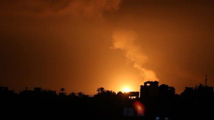 Ledakan menerangi langit malam setelahpesawat tempur Israel menghantam beberapa pos milik pemerintah Hamas di Jalur Gaza(Anadolu Agency)