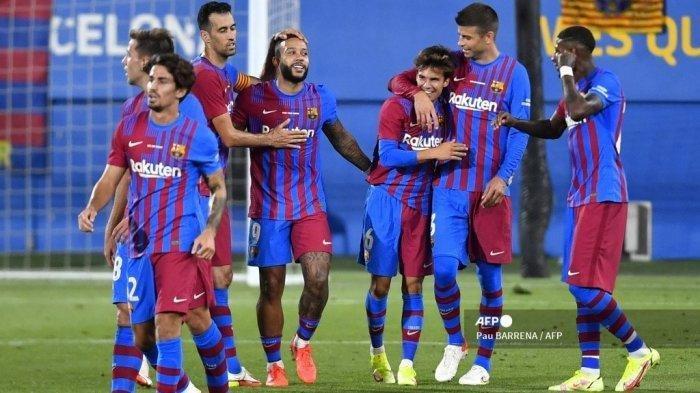 Gelandang Barcelona Spanyol Riqui Puig (ke-3) merayakan dengan rekan satu timnya setelah mencetak gol ketiga timnya selama pertandingan sepak bola persahabatan Joan Gamper Trophy ke-56 antara Barcelona dan Juventus di Stadion Johan Cruyff di Sant Joan Despi dekat Barcelona pada 8 Agustus 2021.