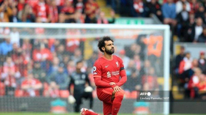 Gelandang Liverpool asal Mesir Mohamed Salah berlutut saat pertandingan sepak bola Liga Inggris antara Liverpool dan Burnley di Anfield di Liverpool, Inggris barat laut pada 21 Agustus 2021. Striker Liverpool, Mohamed Salah dikabarkan menuntut kenaikan gaji lebih dari dua kali lipat pada kubu The Reds.