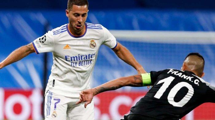 Gelandang Real Madrid, Eden Hazard berhadapan dengan pemain Sheriff Tirsapol di penyisihan grup Liga Champions 2021-2022