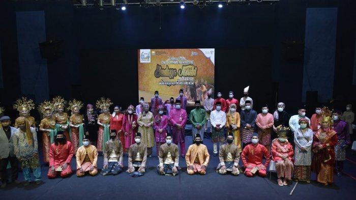 Sekda Provinsi Jambi, H Sudirman, SH, MH, saat menghadiri acara Malam Gelar Seni Tradisi dan Anugerah Budaya Jambi, di Aula Taman Budaya Provinsi Jambi, Selasa (6/1/2021) malam.