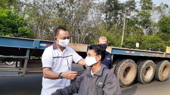 Direktur PTPN VI Pimpin Pembagian Masker Gratis