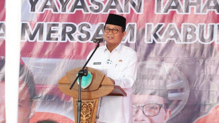 Gubernur Jambi menyerahkan Bantuan Corporate Social Responsibility (CSR) Bank Jambi berupa 1 (satu) Unit Ambulans kepada Yayasan Tahan Kilang Desa Mersam Kabupaten Batang Hari.