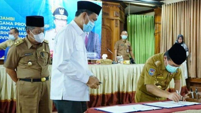 Gubernur Jambi Al Haris menandatangani Nota Kesepahaman Pemerintah Provinsi Jambi dengan Kemenag Provinsi Jambi tentang penggunaan Asrama Haji Embarkasi antara Provinsi Jambi sebagai Rumah Isolasi Terintegrasi dalam pencegahan penyebaran covid 19.