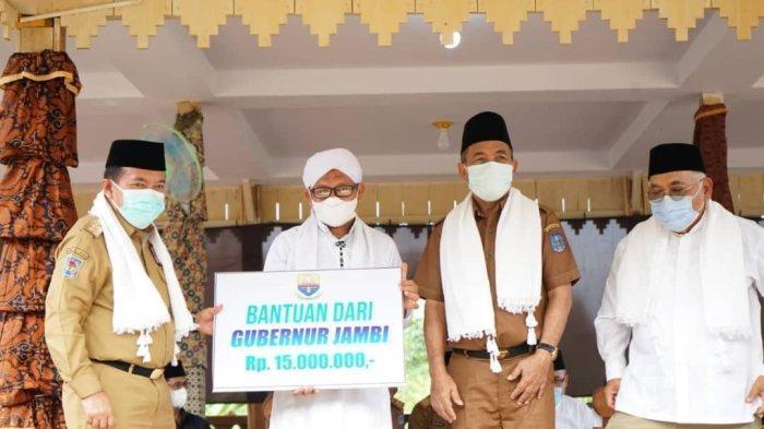 Gubernur Jambi Al Haris juga memberikan bantuan