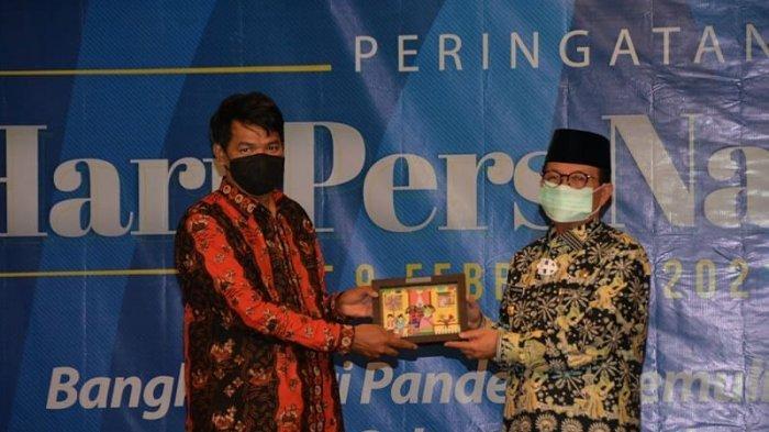 Gubernur Jambi Dr. Drs.H.Fachori Umar, M.Hum menerima penghargaan PWI Jambi Award sebagai Kepala Daerah Yang Konsen Melestarikan Budaya Lokal.