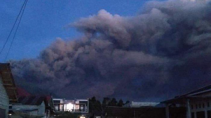 4 Menit Gunung Kerinci Semburkan Asap Hitam, Status Level II