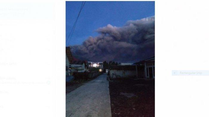 Gunung Kerinci menyemburkan asap tebal warna hitam Sabtu (17/10/2020) pagi