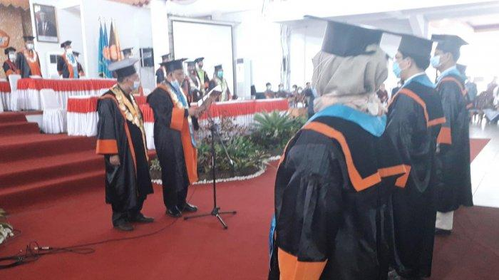Rektor Unja Prof H Sutrisno mengukuhkan empat guru besar, Jumat (22/1/2021)