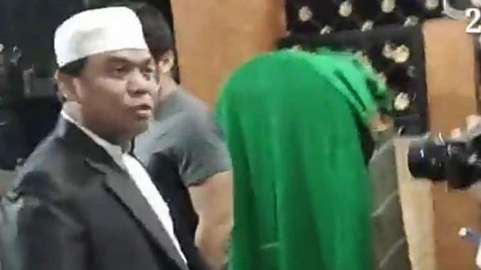 Tangkapan layar dari channel Youtube Amazing Pasuruan yang memperlihatkan saat Sugi Nur Raharja alias Gus Nur ditangkap Bareskrim Mabes Polri di kediamannya.